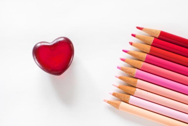 真っ赤なハートと色鉛筆